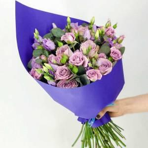 Букет 11 розовой кустовой розы с эустомой R656