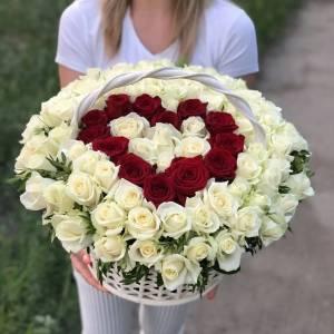 Корзина 101 белая роза с сердцем R1955