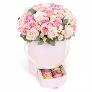 31 нежная роза, цветы в коробке с макаронсами R847