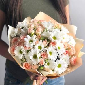 Нежный букет белая хризантема и кустовые розы R1232