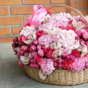 Сборная нежная корзина цветов с пионами и орхидеей R767
