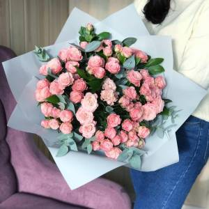 Букет 31 ветка кустовой розовой розы с зеленью R494