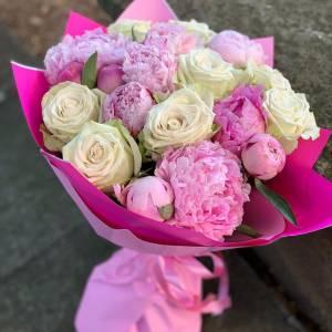 Букет белые розы с пионами в оформлении R501