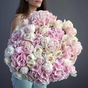 Большой нежный букет пионы, пионовидные розы и гортензия R5221