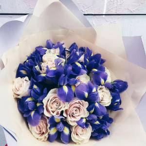 Букет розы и ирисы с оформлением R1059