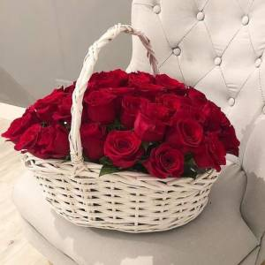 21 красная роза в корзине с оформлением R936