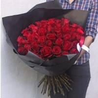 Букет 51 красная роза в черном крафте R250
