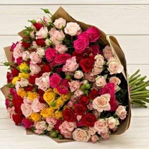 Букет 31 ветка кустовой розы микс в крафте R76